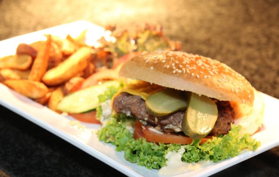 Hamburger with steak fries